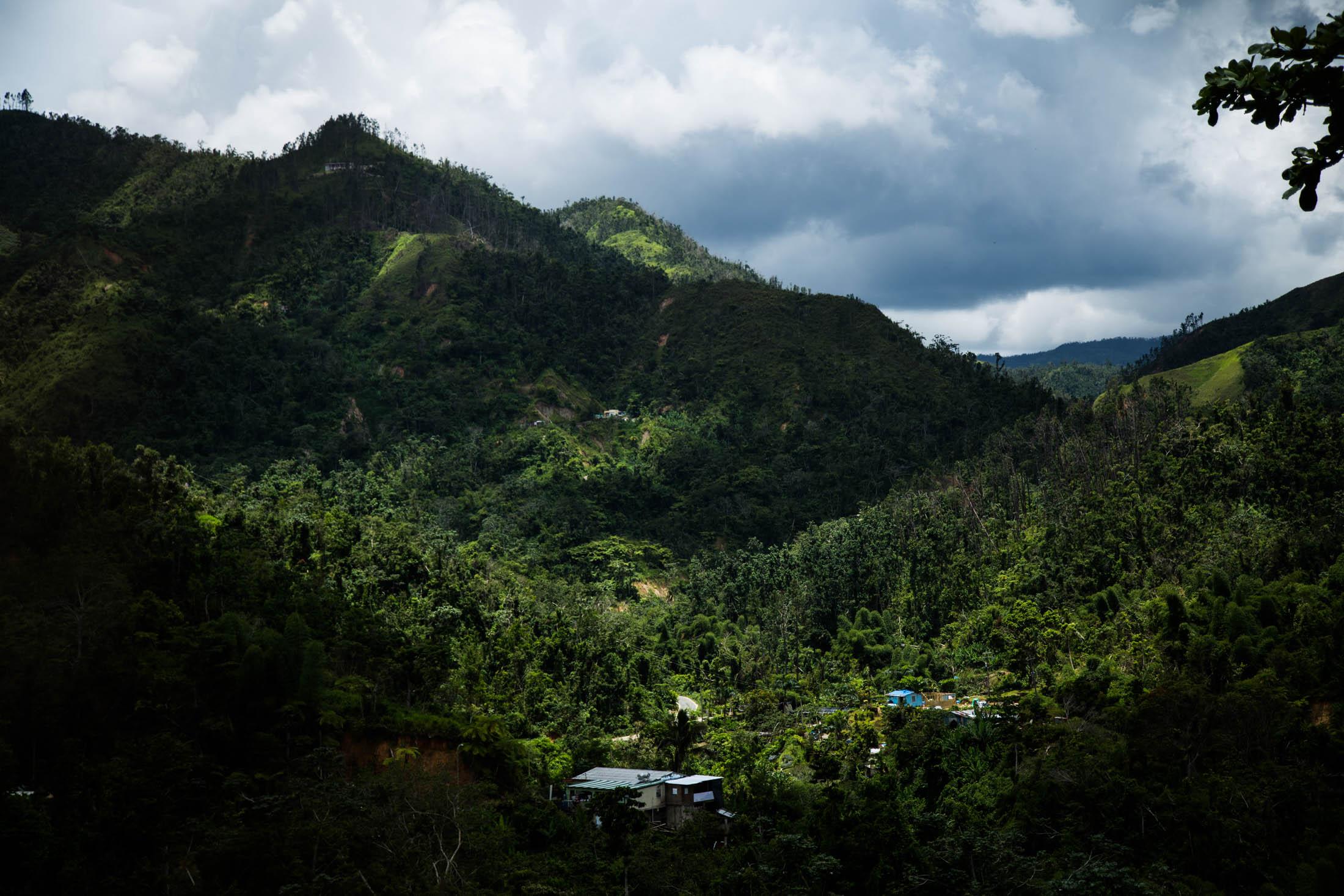 Vecinos en Utuado, Puerto Rico, vivieron sin servicios de agua y electricidad por meses. La organización Direct Relief finalizó recientemente un proyecto que permite a residentes, que antes lavaban su ropa en el río, contar con una lavandería solar. (Foto por Erika Rodríguez para Direct Relief)