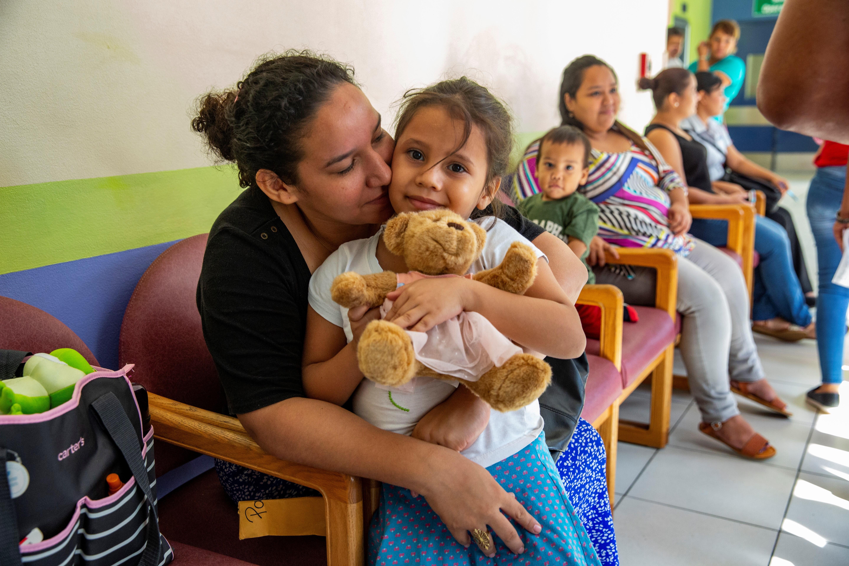 Una paciente joven y su madre en una de las salas de espera de Ruth Paz. (Foto de Francesca Volpi para Direct Relief)