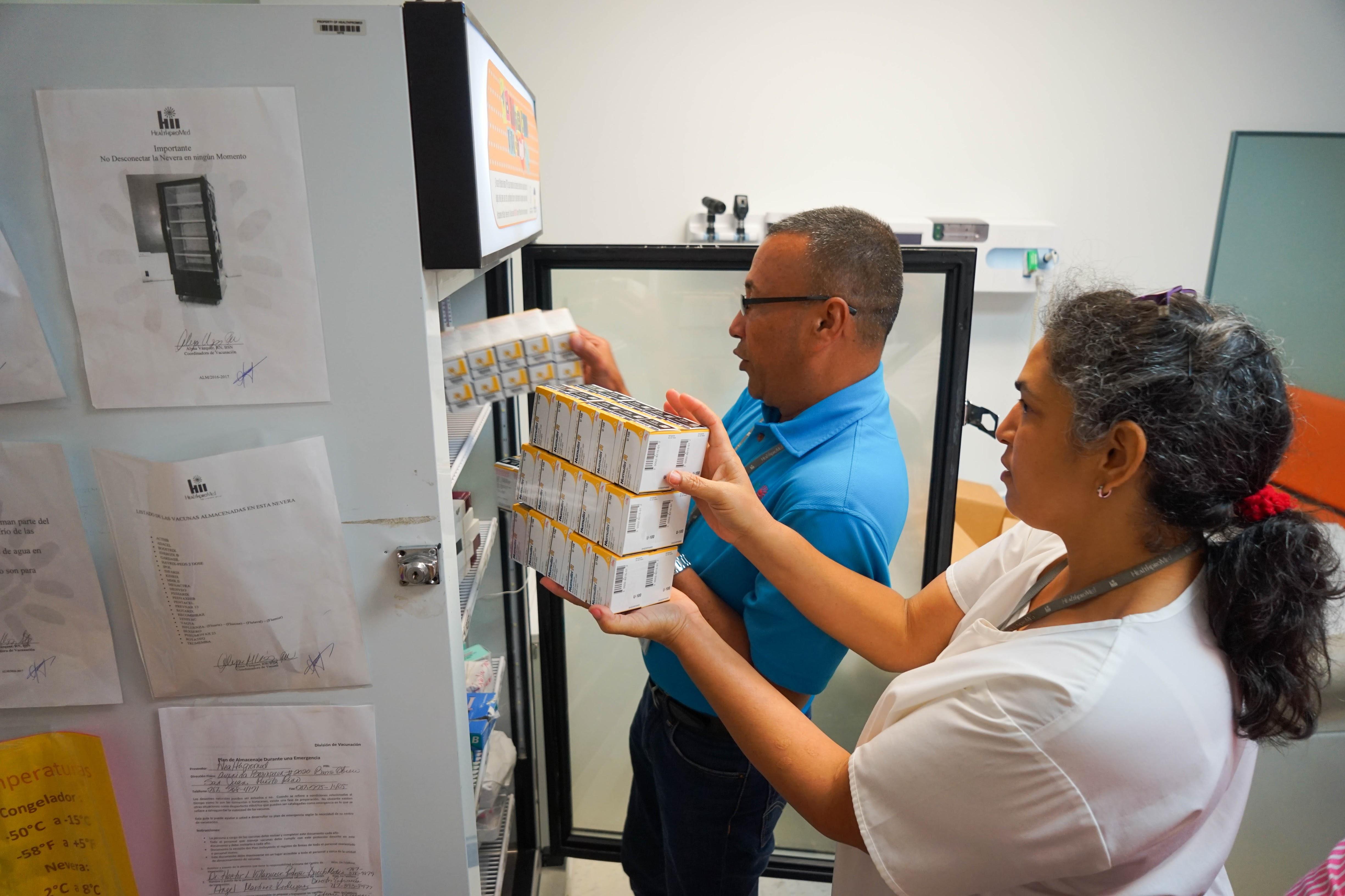 Direct Relief está equipando 89 instalaciones de salud en Puerto Rico con 164 unidades de refrigeración de grado farmacéutico que cumplen con la FDA para almacenar medicamentos de cadena de frío. (Lara Cooper/Direct Relief)