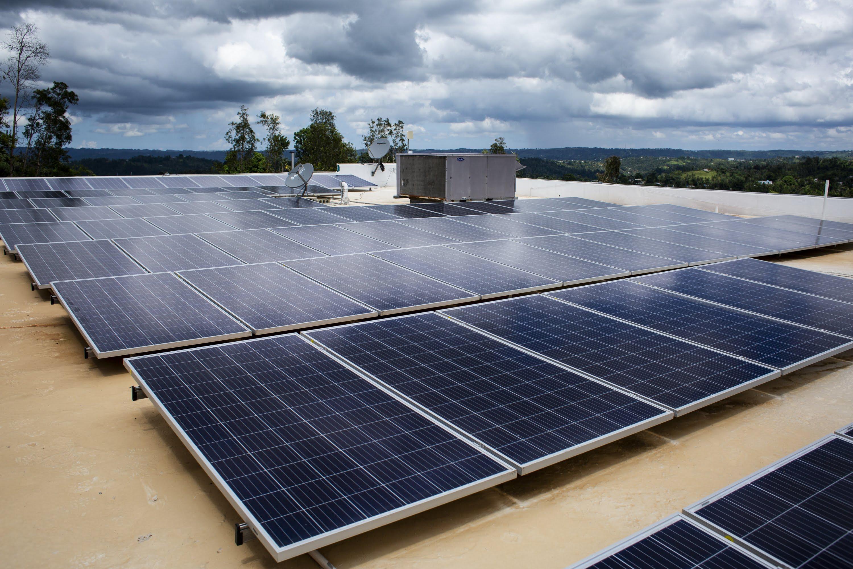 Paneles solares en el techo del Centro de Salud para Migrantes en Las Marías, P.R., el 11 de septiembre de 2018. El sistema de energía solar fue financiado por Direct Relief. (Erika P. Rodriguez para Direct Relief)