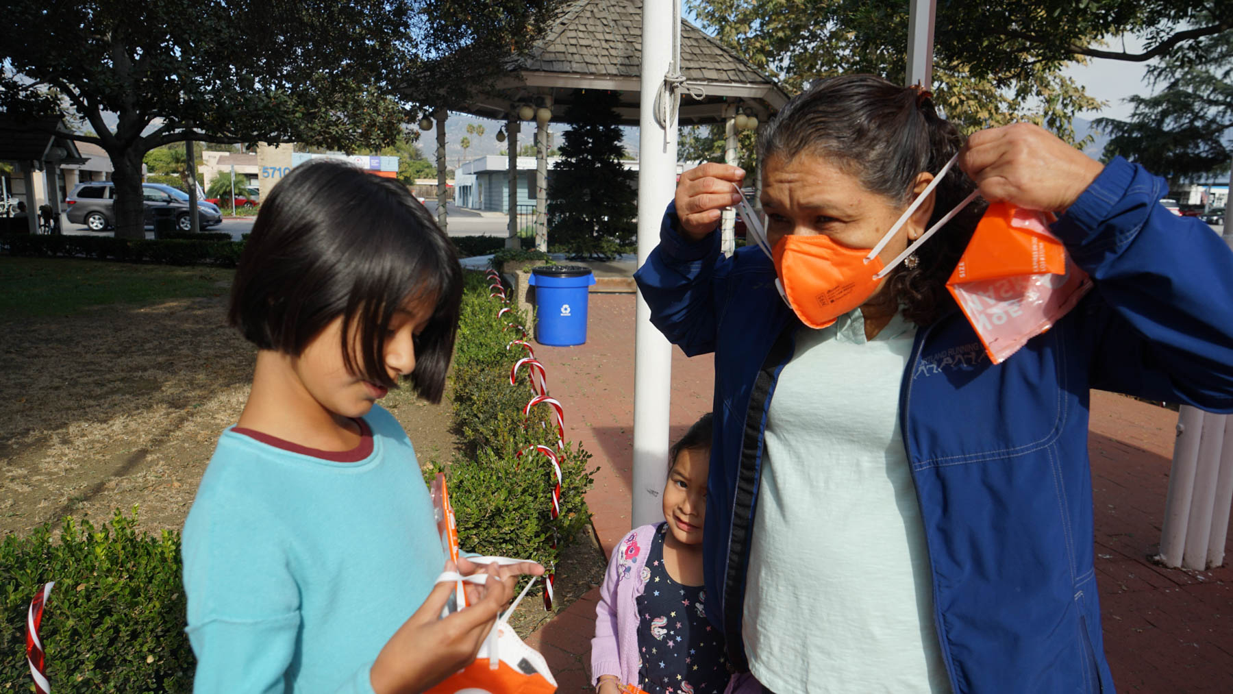 Residents pick up N95 masks on Tuesday at the Goleta Valley Community Center. Direct Relief provided over 43,000 masks to the public during times of compromised air quality during the Cave Fire. (Amarica Rafanelli/ Direct Relief)