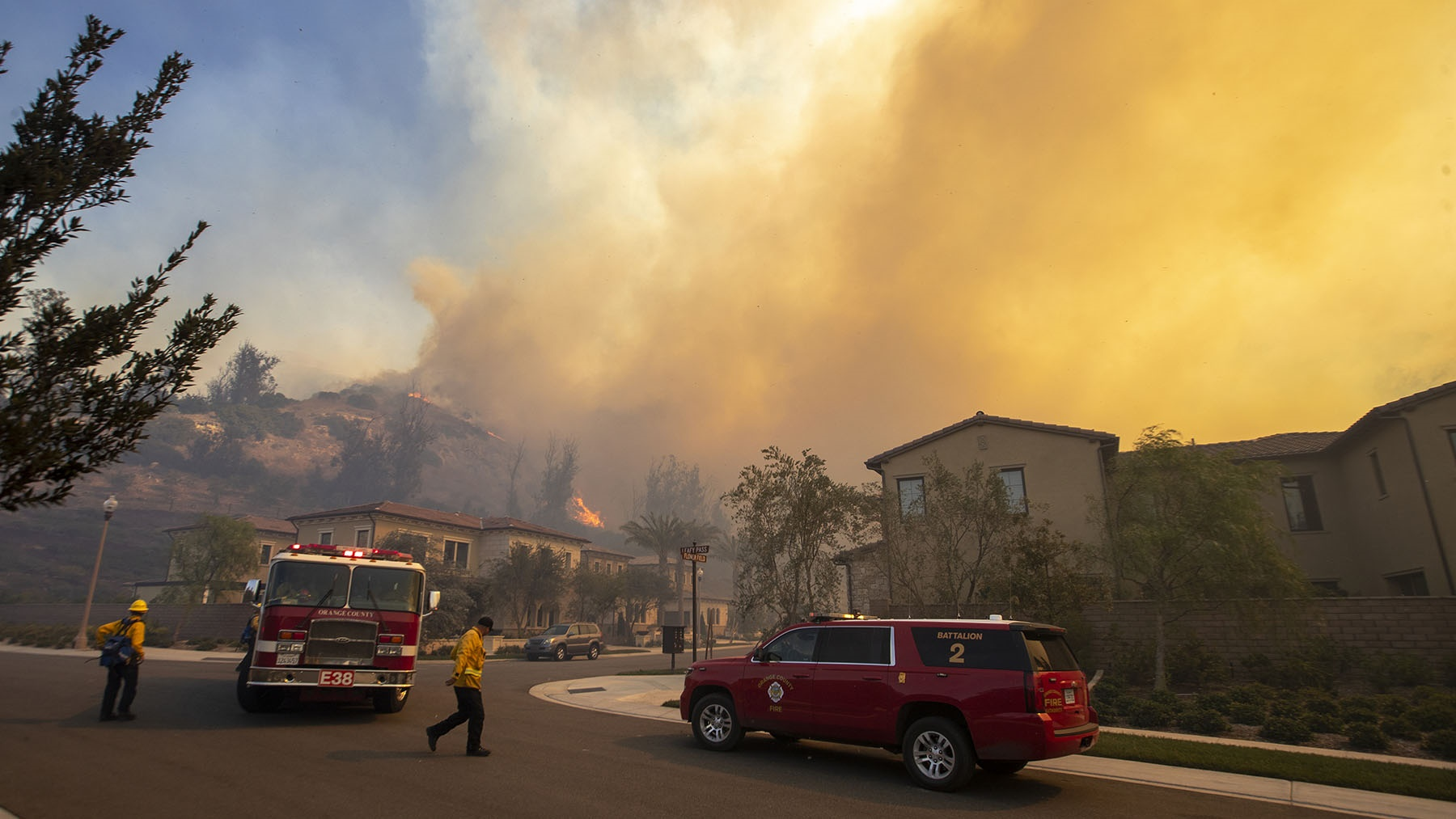 Orange County Fire Authority firefighters defend homes as the Silverado Fire approaches in an Orchard Hills neighborhood on October 26, 2020 in Irvine, California. (Photo by Allen J. Schaben/Los Angeles Times via Getty Images)
