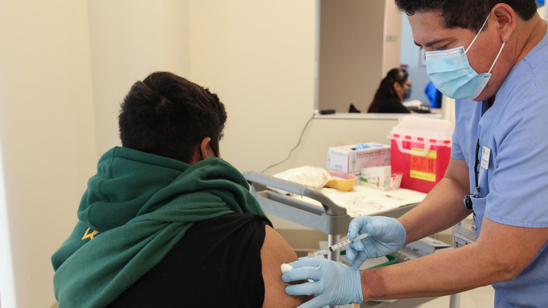 A provider administers a flu vaccine at the QueensCare Flu Clinic on November 9, 2020.(Noah Smith/Direct Relief)