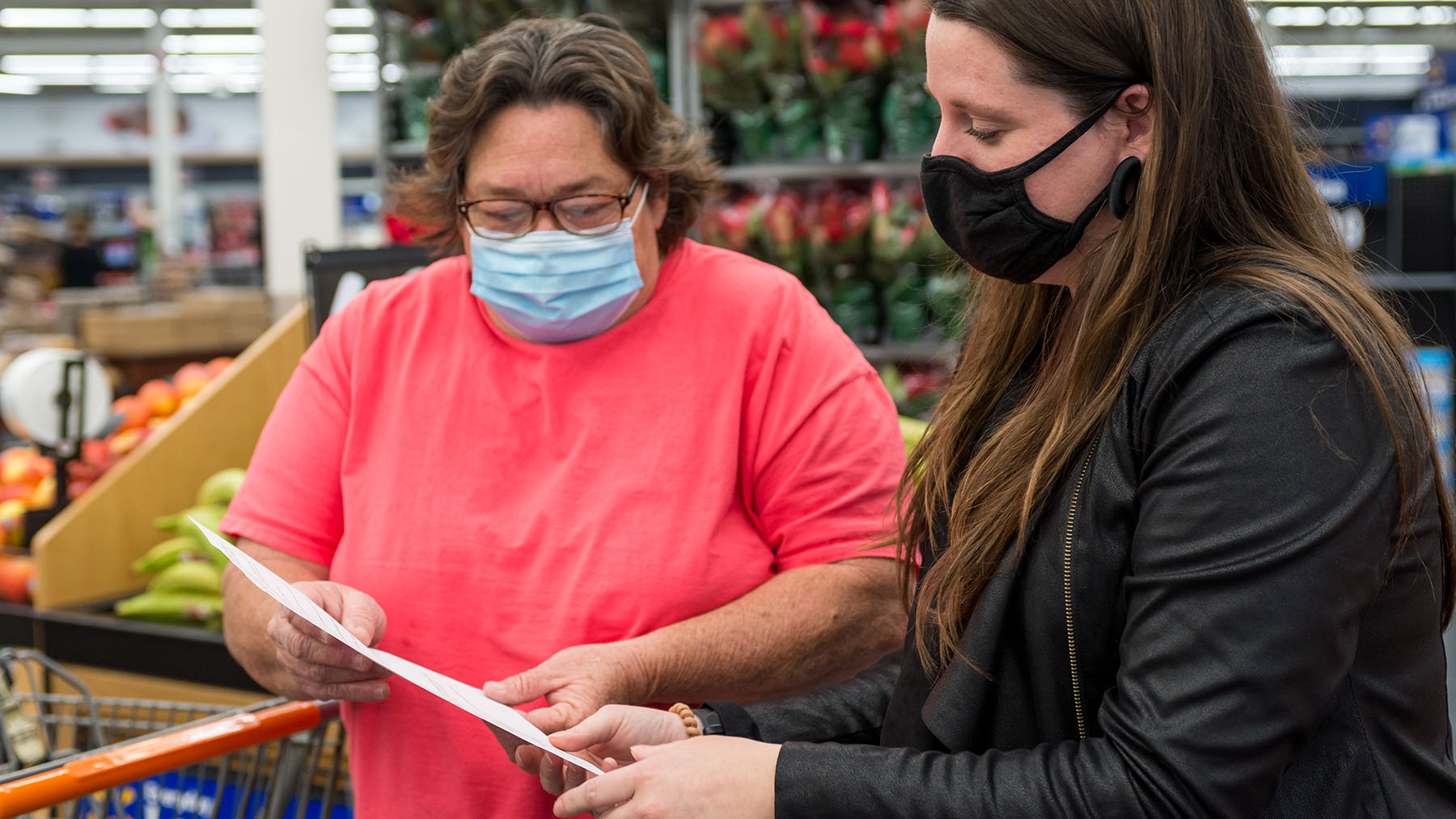 A Healthier You Meridian Program Coordinator, Barbara Zeller, assists a program participant at the monthly healthy shopping trip. Meridian, Mississippi. (Photo By Revere Photography for Direct Relief)