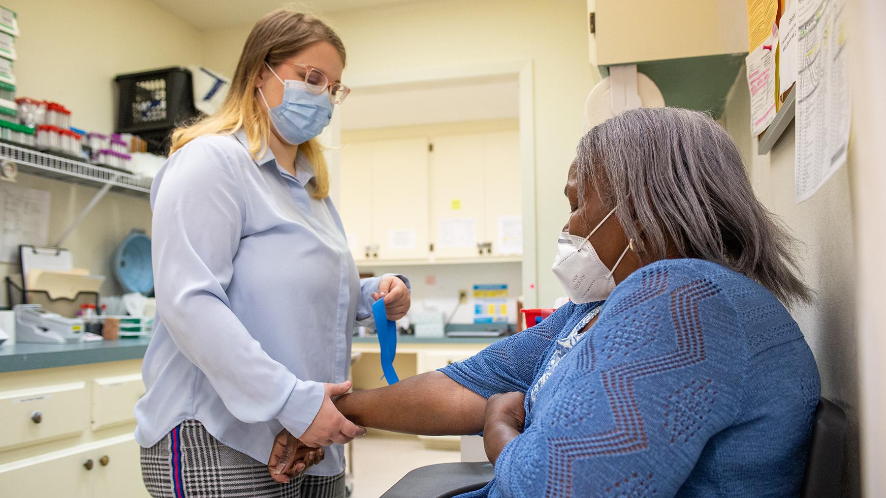 Desiree Wilson toma los signos vitales de una paciente durante una cita programada regularmente en la Clínica Gratuita de Meridian, Mississippi. (Foto de Revere Photography para Direct Relief)