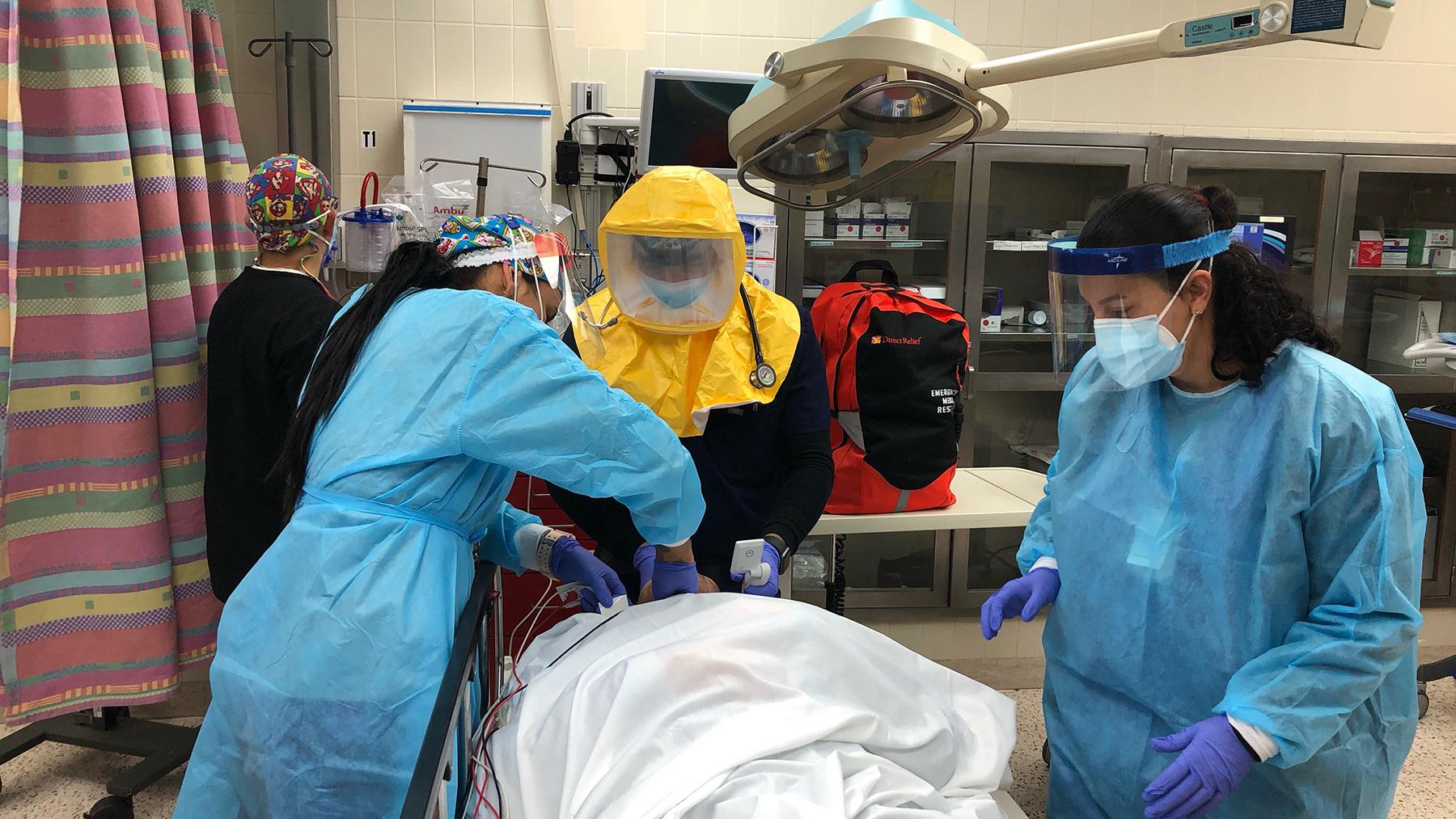 Un equipo médico del Hospital San Lucas en Ponce, Puerto Rico trabajan en un paciente. El trabajador de salud a la cabeza del paciente usa un respirador motorizado purificador de aire. (Foto cortesía de Dr. Carlos García Goubern)