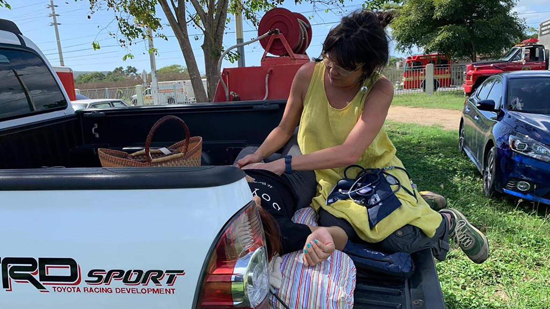 La partera Rebecca García Ortiz examina a un paciente en su camioneta después de un terremoto. (Foto cortesía de Rebecca García Ortiz)