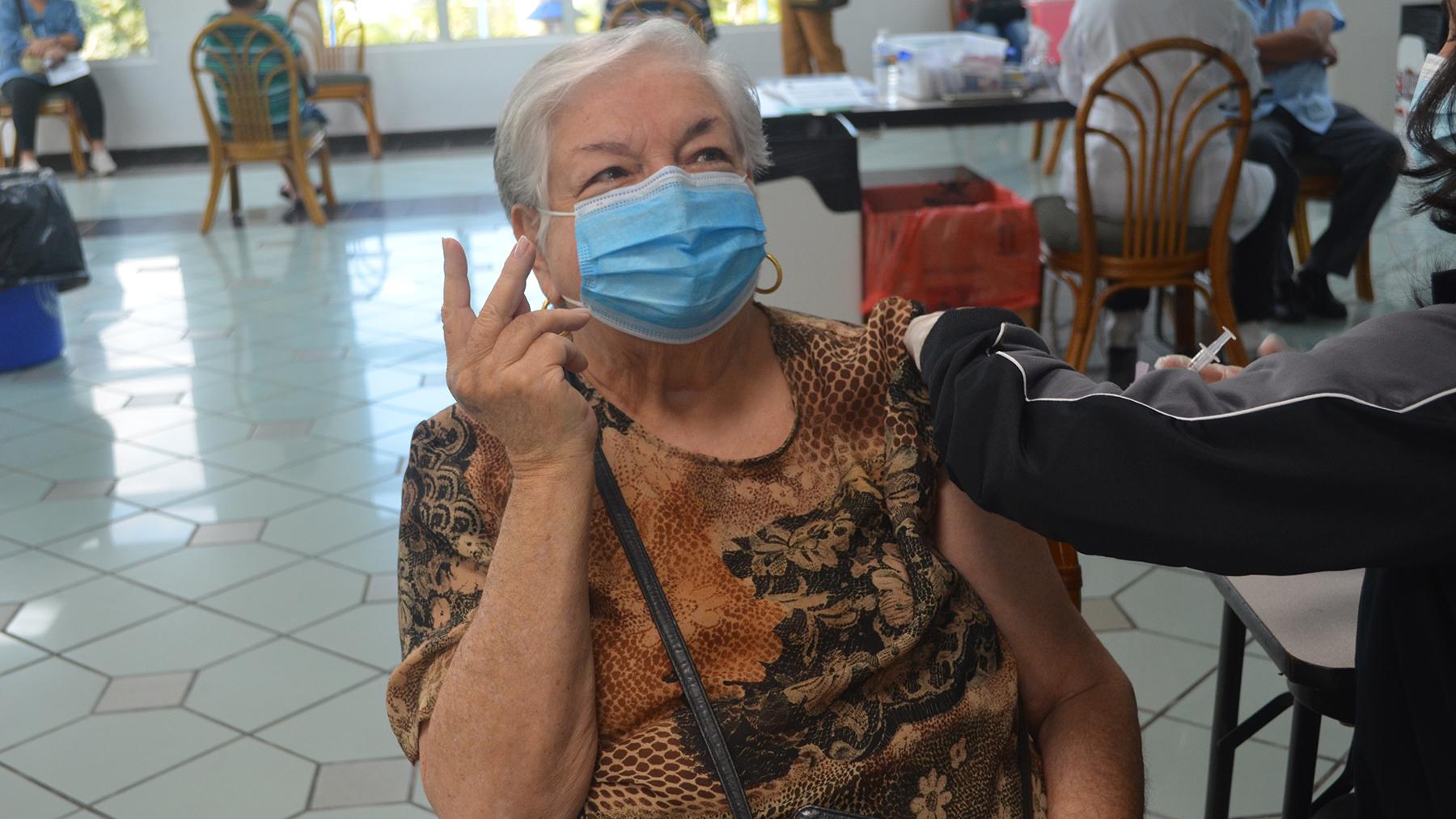 Kenia Arana recibe la vacuna del Covid-19 en el Centro Cultural Yolanda Guerrero en Guaynabo. (Ana Umpierre/Direct Relief)