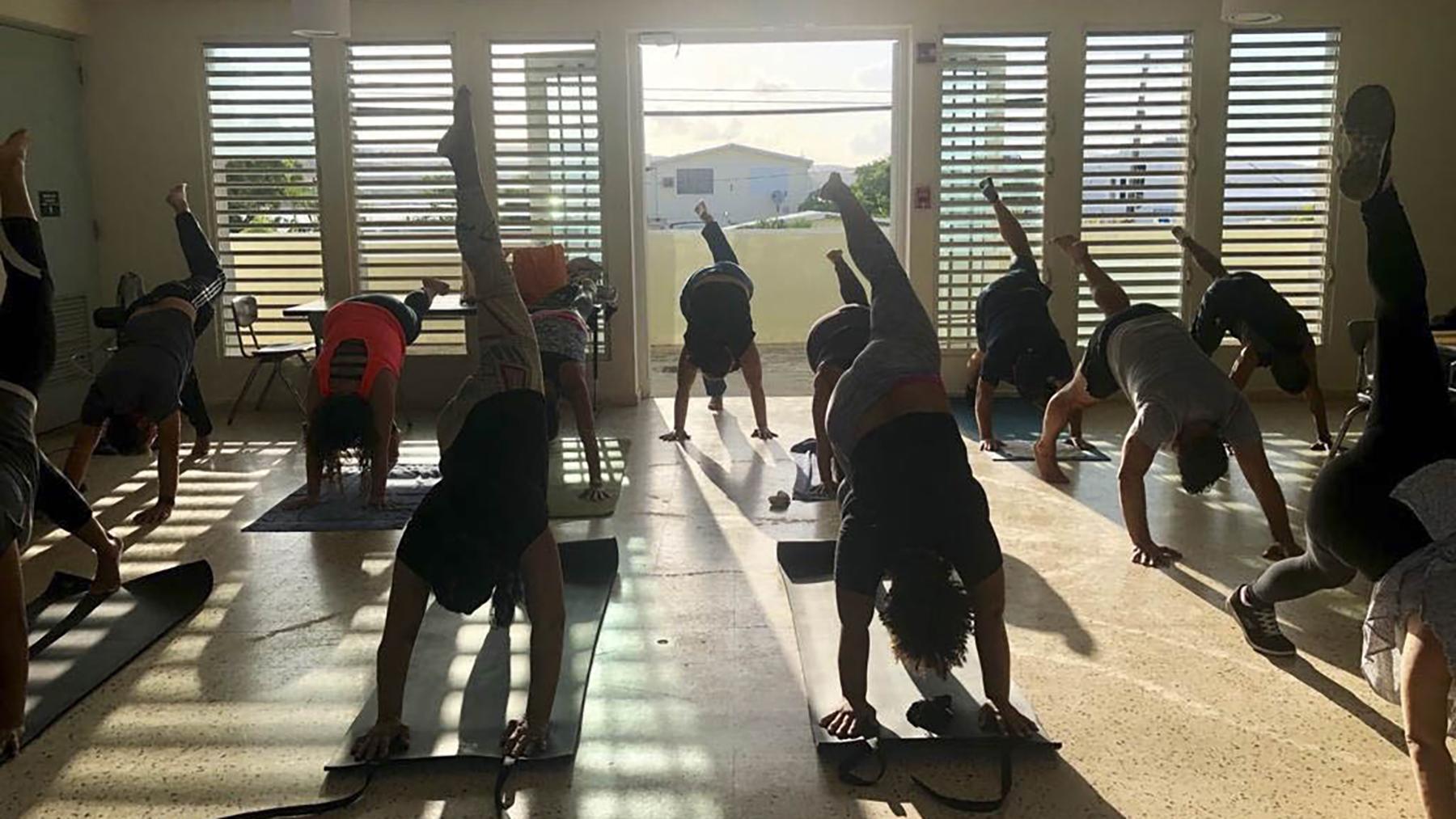Los Puertorriqueños participan en una sesión de yoga. El yoga básico es una de las técnicas centrales que El centro enseña.(Foto cortesía del Centro de Medicina de la Mente y el Cuerpo)