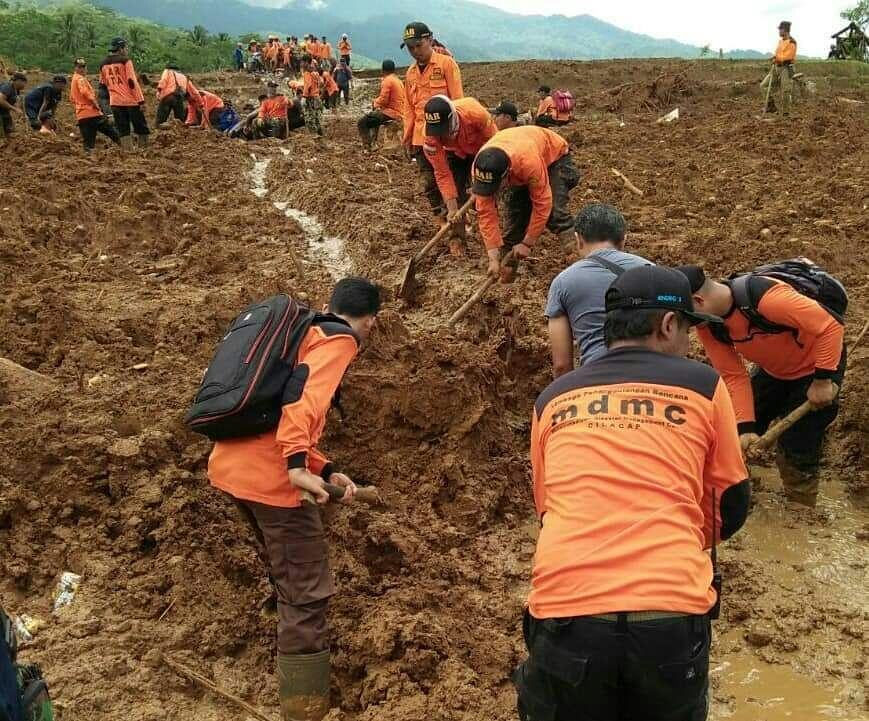 Muhammadiyah volunteers support relief efforts after an avalanche in Central Java. (Photo courtesy of MDMC)