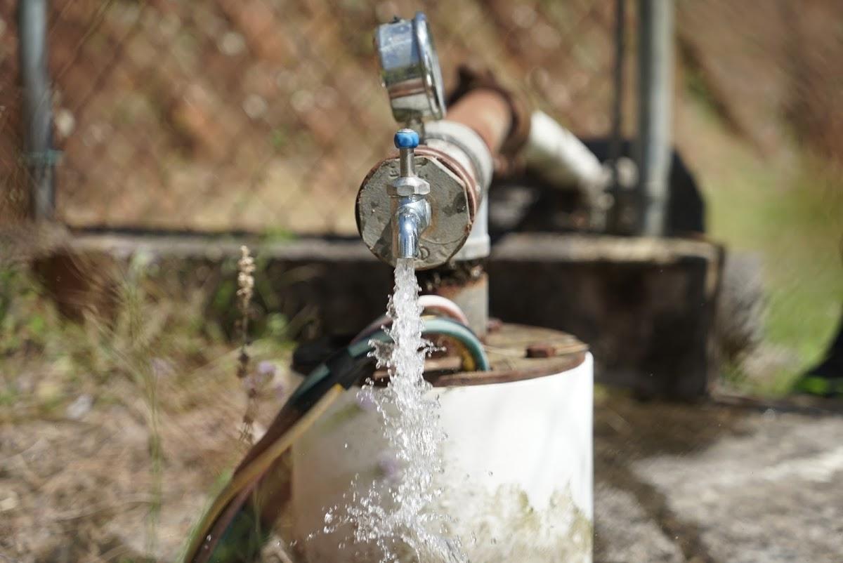 Una bomba de agua opera libremente, en Bauta Abajo, al ser energizada por un conjunto de baterías y paneles solares. (Tony Morain/Direct Relief)