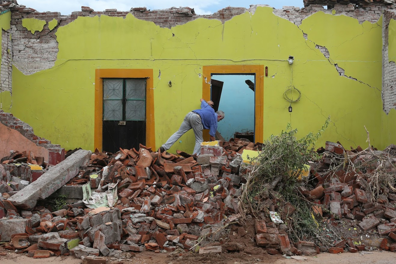 Residents of Ixtaltepec continue to gather whatever they can salvage from the ruins of their fallen homes. (Photo by Nadia del Pozo / Felipe Luna for Direct Relief)